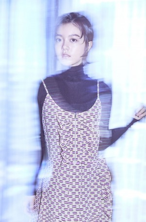 赵今麦吊带裙装成熟一面写真图片