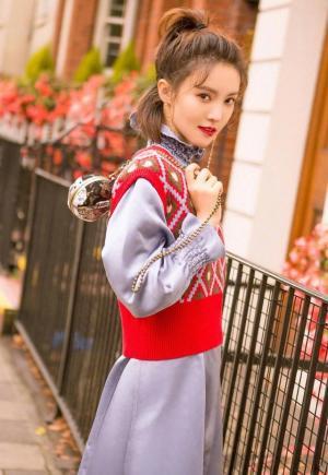 金晨扎马尾可爱少女风时尚街拍图片