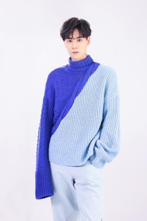 胡一天深蓝淡蓝拼接毛衣帅气时尚写真