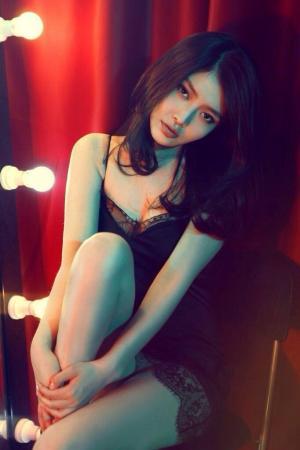 徐冬冬对镜凝视玩黑色蕾丝诱惑化妆间唯美写真