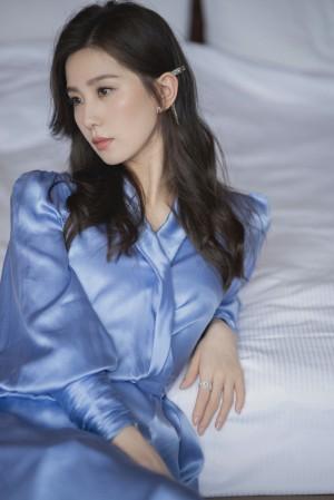 刘诗诗蓝丝绸长裙温柔漂亮优雅写真图片