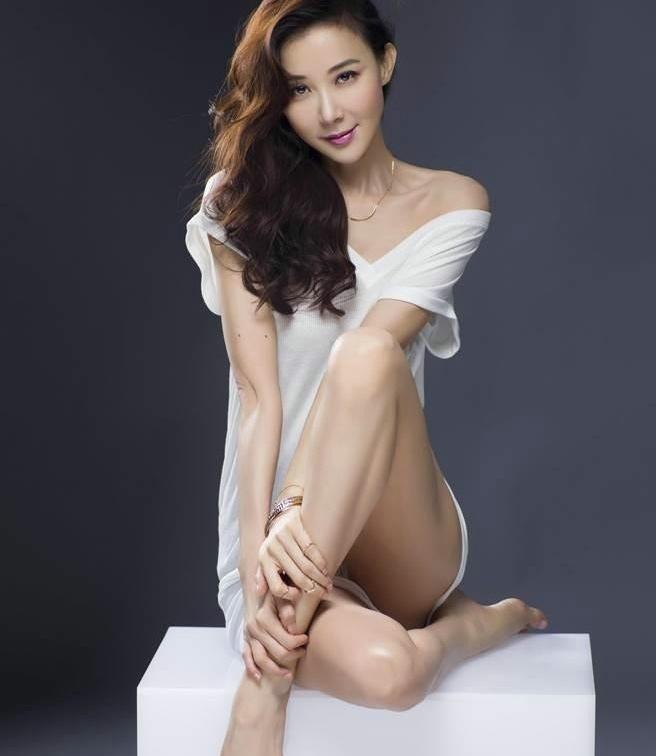 台湾美女萧蔷晒爆乳和腹肌48岁身材依旧完美写真