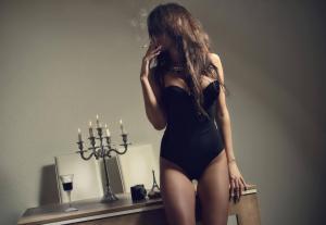 性感女人叼着烟图片伤感落寞侧脸