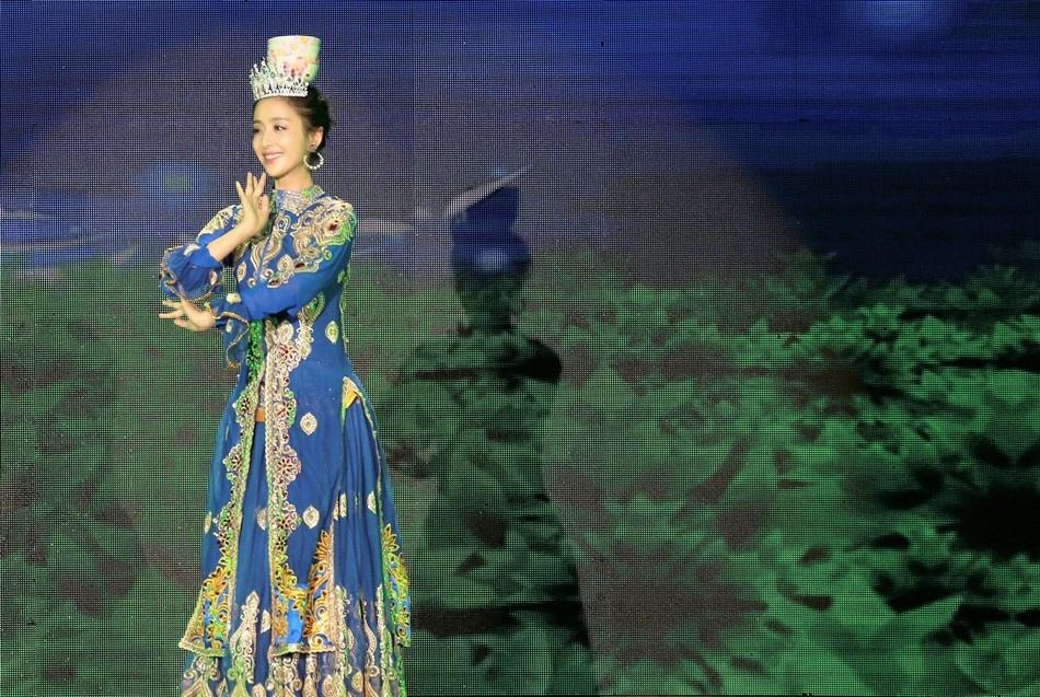 佟丽娅新疆裙摆舞动三沙 传递社会正能量写真
