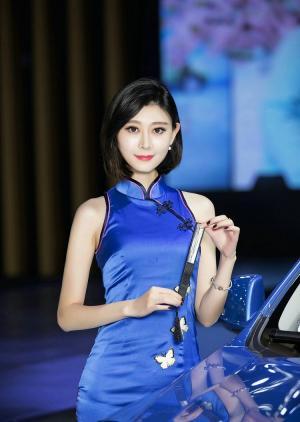 蓝色旗袍风韵优雅车模白皙图片