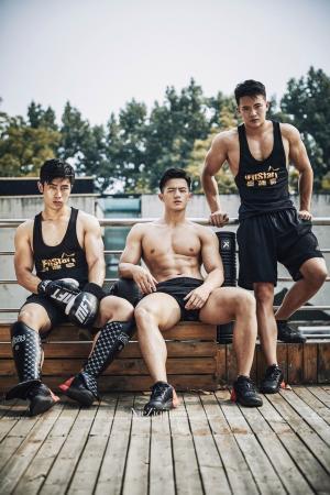三位健身教练在798梵谷艺术中心露台的随拍记录