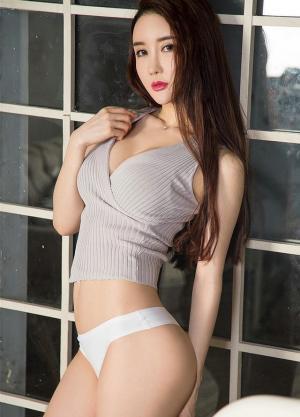 火辣美女性感丁字裤露沟背心时尚写真