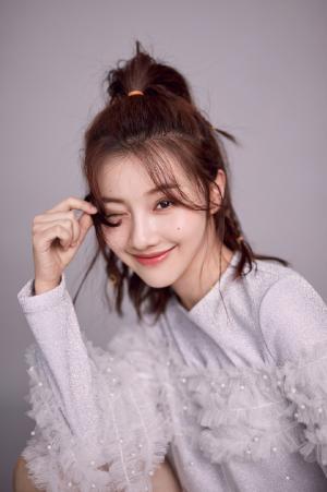 王鹤润甜美俏皮时尚写真图片