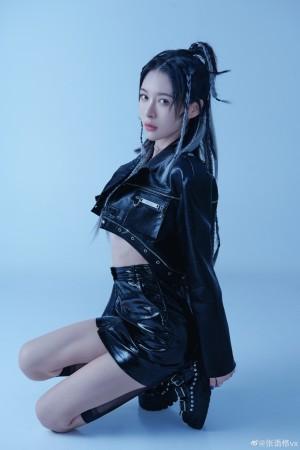 张语格黑色露脐套装酷帅时尚写真图片