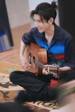 王源蓝色星空衬衫造型清新少年写真图片