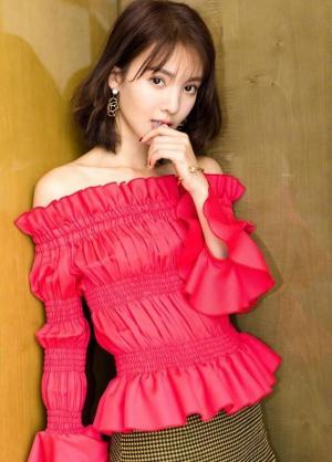 金晨露肩红色上衣配百褶裙优雅图片