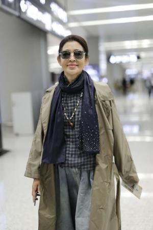 60岁倪萍机场街拍又瘦又美