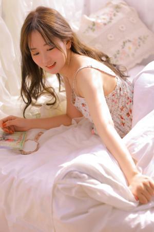 吊带裙清纯美女甜美诱人私房床照写真图片