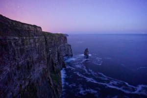 傍晚时海岸边的大海风景