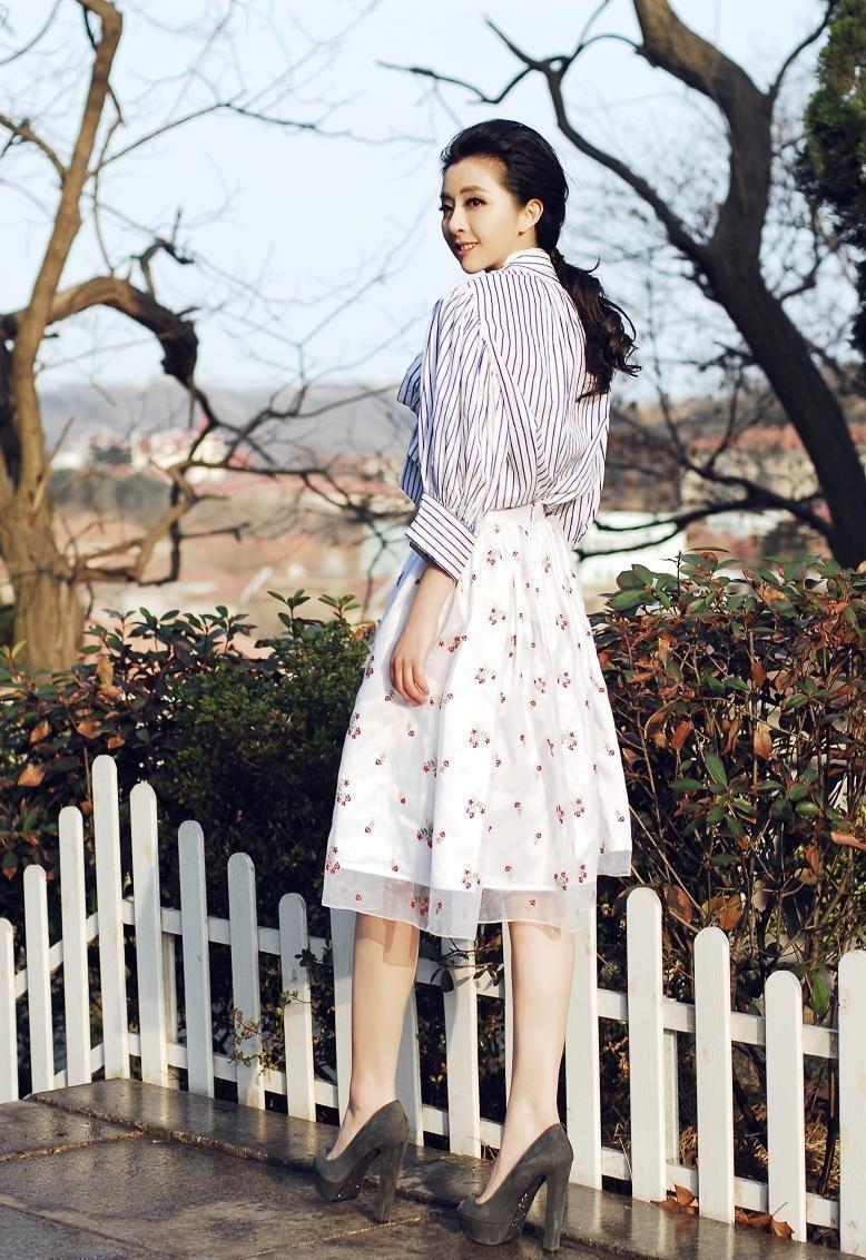 黄小蕾碎花长裙时尚街拍写真