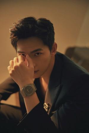 杨洋黑色修身西服轻熟时尚帅气写真图片