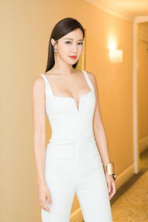 韩雨芹白色连体裤优雅精致时尚写真图片