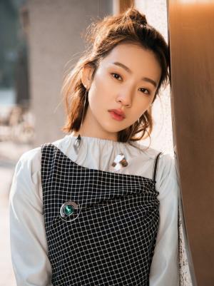 《双世宠妃2》丫鬟镜心扮演者孙艺宁时尚写真