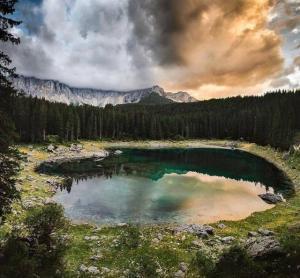 阿尔卑斯山脉Pragser Wildsee风光
