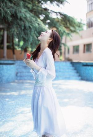 浅笑梨涡清新飘逸灵动女孩白裙素净写真
