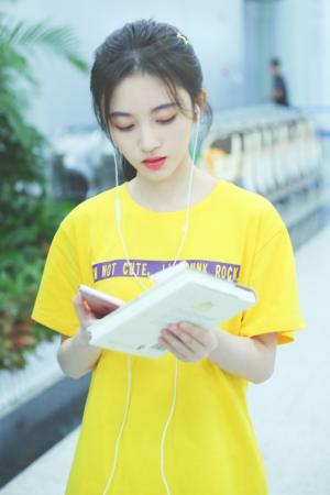 鞠婧祎黄色T恤清新机场照图片