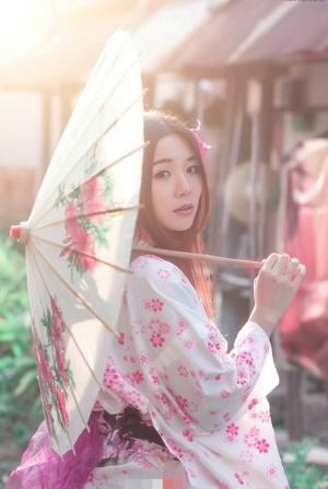 在初秋温暖的阳光下和服温和少女图片