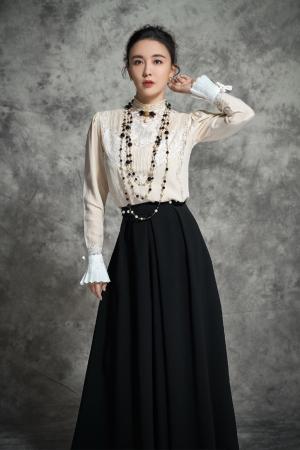 吕佳容气质高雅蕾丝黑裙冷艳写真