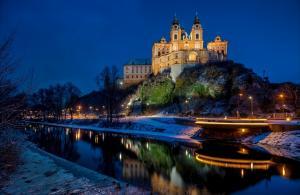 冬季夜晚奥地利多瑙河谷上的城堡