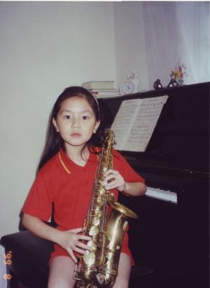 邓紫棋童年玩转乐器显萌态