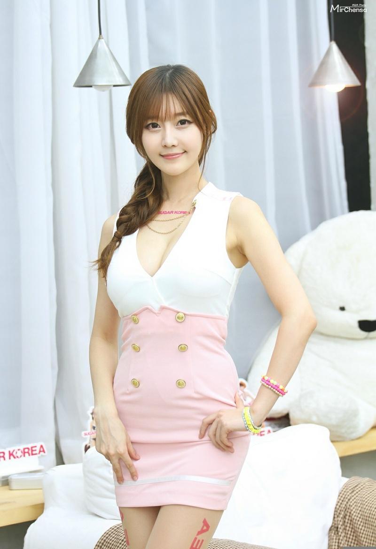 大胸韩国美女嘟嘴扮可爱俏皮时尚写真
