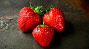 可口诱人的草莓图片手机壁纸