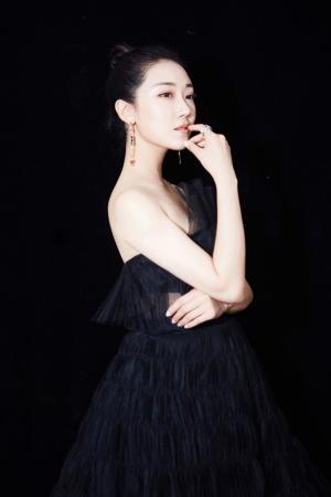 菅纫姿黑纱抹胸裙艳丽活动照图片
