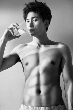 张哲瀚阳刚型男性感肌肉写真图片