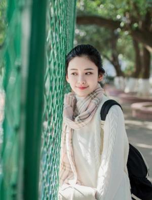 济南大学校花阳光下写真图片