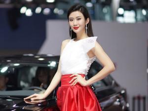 国际车展美丽白衣红裙美女车模