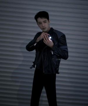 许魏洲舞台造型酷帅写真图片