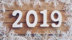 木质地板上的2019创意数字