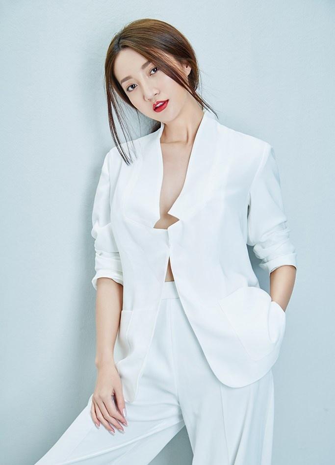 郑雅文白西装魅力时尚写真