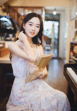 高挑清瘦小脸美女手臂纤细复古书店写真