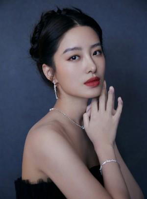杨采钰暗夜玫瑰抹胸纱裙优雅漂亮写真图片