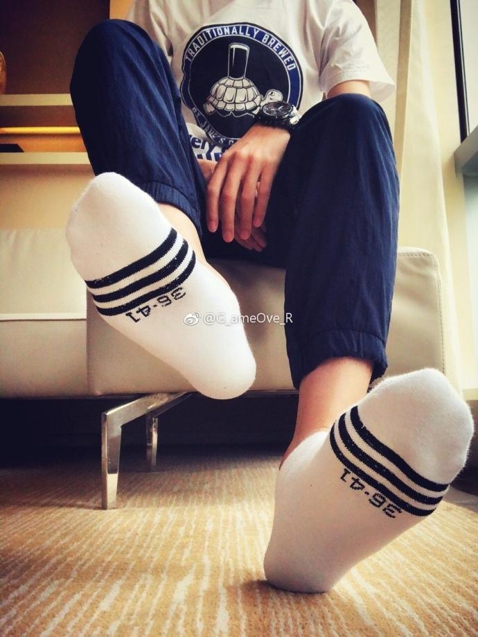 这么好看的脚,帅得不要不要的啦