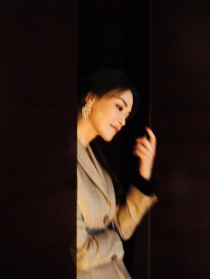 舒淇西装配长裙优雅时尚写真图片
