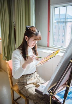 设计学院的画室少女