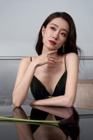 张小斐墨绿丝绒吊带裙时尚芭莎活动照图片