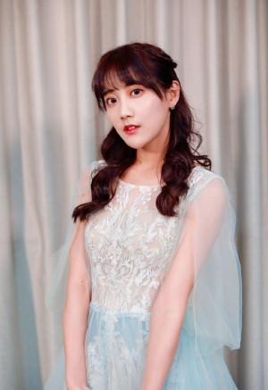 SNH48李艺彤薄纱蕾丝长裙优雅气质写真图片