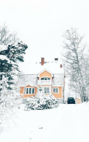 冬季雪地里的木屋唯美手机壁纸