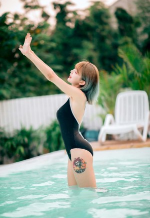 短发纹身超性感美女泳装写真图片