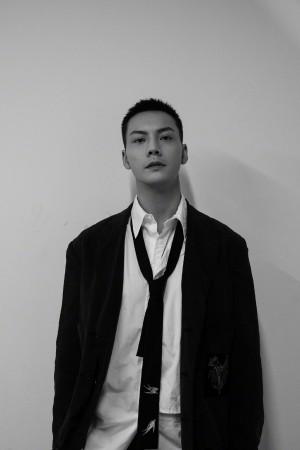 陈伟霆甜酷帅气黑白照片