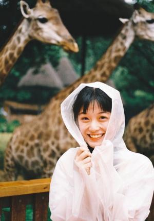 可爱少女活力十足动物园拍写真