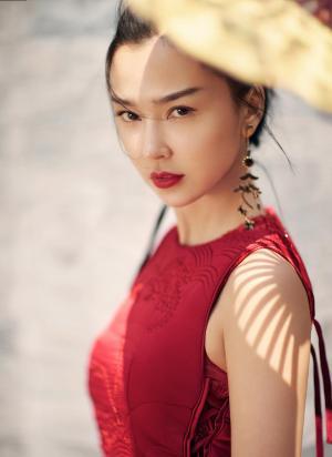 姚星彤红色系冷艳迷人写真图片